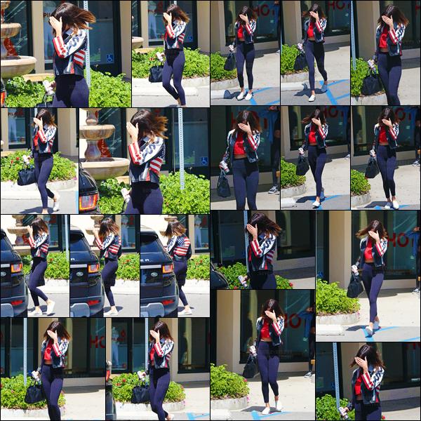 - ''13.04.17'-''─''Selena Gomez quittait le « Sunset Plaza » où avait lieu un cours de hot-pilates à West Hollywood ![/s#00000ize]En regard avec les nombreux clichés personnels publiés sur Instagram, il semblerait que Selena G. ait réalisé un nouveau photoshoot, avec Petra Collins. -