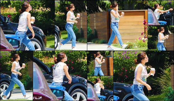 - ''26.04.17'-''─''Selena Gomez a été vue en se dirigeant vers un studio musique situé dans la ville de Los Angeles ![/s#00000ize]Un café à la main et en tenue décontractée, Selena G. se dirigeait en studio d'enregistrement. Est-ce que cela présage un nouvel album en production ? -
