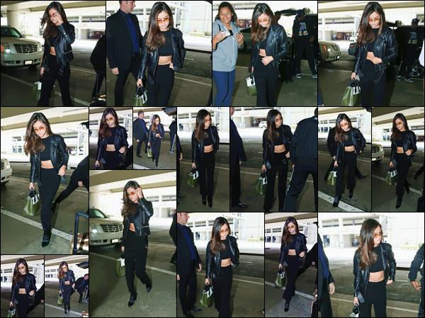 - ''02.06.17'-''─''Selena Gomez a été photographiée en arrivant à l'aéroport de « LAX » à Los Angeles - en CA ![/s#00000ize]Après un mois sans nouveauté, Selena Gomez rentre aux États-Unis après avoir passé quelques temps au Canada, précisément dans la ville de Toronto. -