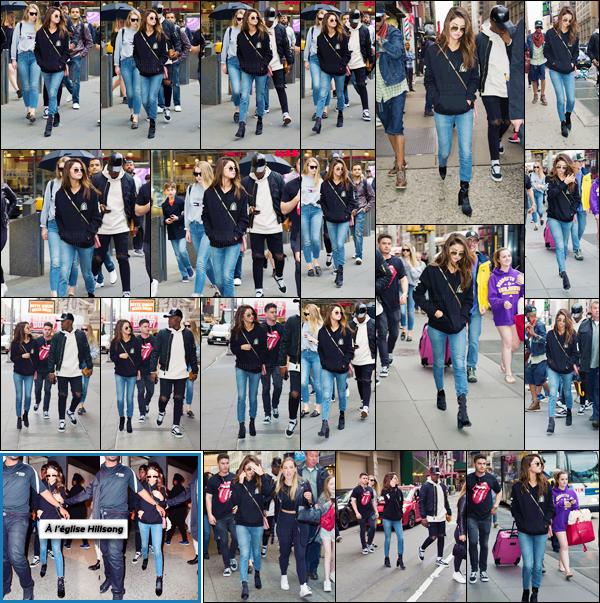 - ''04.06.17'-''─''Selena Gomez se promenait avec plusieurs amis à « Time Square » qui se trouve à New York ![/s#00000ize]Un look totalement décontracté : la belle porte d'ailleurs un sweetshirt de la marchandise de tournée de son petit ami The Weeknd ! Petit top pour Selly.  -