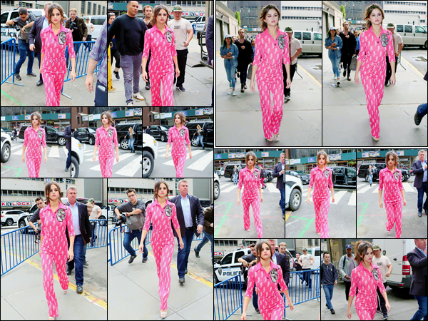 - ''05.06.17'-''─''Encore dans la même journée, Selena Gomez a été repérée alors qu'elle était dans Manhattan.[/s#00000ize]Cette journée a compté plus d'un changement de tenue pour la chanteuse américaine. Elle nous sort une combinaison rose flashy pour la sortie. Un bof. -