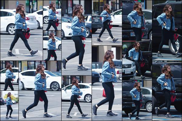 - ''11.06.17'-''─''Selena Gomez a été aperçue en quittant le magasin de grande surface « GNC » à Los Angeles ![/s#00000ize]C'est dans le parking du grand magasin, que Selena a été photographiée, sûrement pour rejoindre sa voiture. C'est un petit top pour la tenue de SG. -