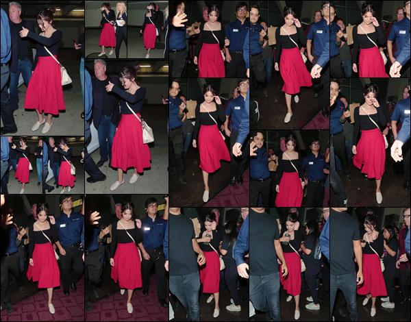 - '-19/08/17-'''✈''Selena Gomez quittait le cinéma « ArcLight » se situant à Hollywood, encore dans Los Angeles. C'est entourée d'un très grand nombre de fans que la belle nous offre enfin une sortie en ville. Concernant la tenue, pour ma part c'est un coup de c½ur.-