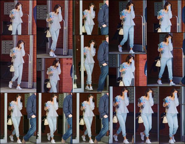 - '-04/10/17-''''✈''Selena Gomez quittait une énième fois son logis qui se trouve dans la grande ville de New York. C'est dans un look très cosy que nous retrouvons la belle actrice en sortant de chez elle, avec les mains visiblement bien chargées : un petit top pour elle.-