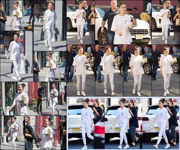 - '-04/09/17-'''✈''Selena Gomez se rendait au magasin biologique « Lulitonix » qui se trouve dans New York City. La belle brune a été photographiée en quittant le commerce, les mains chargé d'un plateau rempli de boissons bios. Et niveau tenue, c'est un sans faute !-