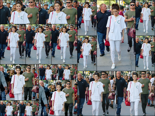 - '-04/09/17-'''✈''Selena Gomez se promenait dans les rues de New York City, en compagnie de plusieurs amis ! Selly ne quitte plus son nouveau sac de la marque Coach, signé à son nom. Gomez semble quelque peu fatiguée depuis plusieurs jours, chose à suivre...-