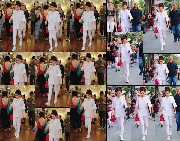 - '-04/09/17-'''✈''Toujours avec ses amis, Selena Gomez quittait une boutique de brocante dans le coin de SoHo. Il semblerait que la chanteuse ait craqué pour quelques posters ou affiches se trouvant dans ce magasin. Les sorties de Selena Gomez ne s'arrêtent plus.-