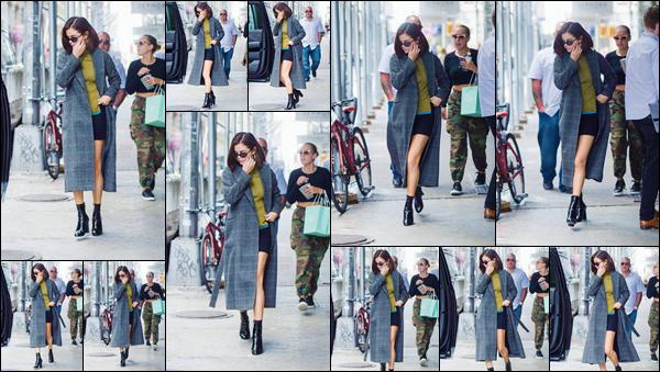 - '-08/09/17-'''✈''Selena Gomez a été photographiée en se promenant dans plusieurs rues, de la Grosse Pomme. En soirée, c'est dans une tenue noire que la chanteuse quittait l'hôtel le Plazza en compagnie de son boyfriend, le chanteur The Weeknd ... C'est un top !-
