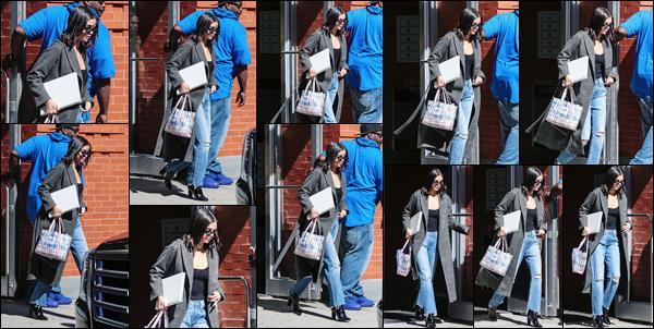 - '-09/09/17-'''✈''Selena Gomez a été photographiée en quittant son appartement, se trouvant à New York City ! Les mains bien chargées et lunettes sur le bout du nez, la chanteuse et actrice quittait son logis new-yorkais ! Je lui accorde un top pour la tenue portée.-