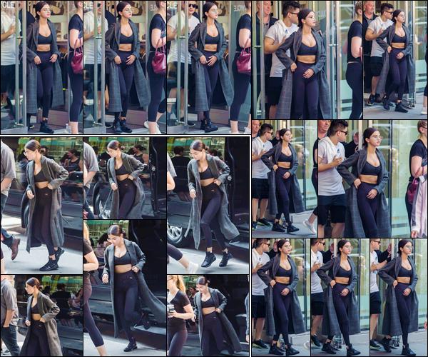 - '-10/09/17-'''✈''Selena Gomez se rendait au centre sportif « SoulCycle » qui se trouve dans la ville de New York. Selena a été photographiée à la sortie du centre sportif, toujours dans la même tenue, c'est-à-dire une tenue de sport et son long manteau. Un petit top.-