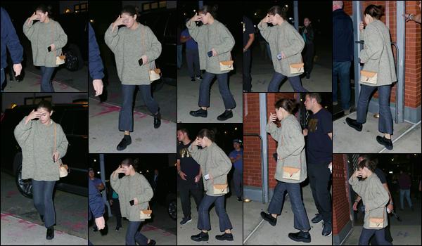 - '-10/09/17-'''✈''Selena Gomez a été photographiée alors qu'elle rentrait à son appartement, situé à New York ! Selena a opté pour une tenue casual comme on les aime et a troqué son sac Coach personnifié pour un sac à main beaucoup plus petit. J'accorde un top.-