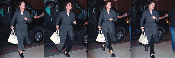 - '-14/09/17-'''✈''Selena Gomez quittait le tournage du nouveau film du réalisateur Woody Allen, dans New York. C'est dans une tenue totalement différente que Selena quittait les lieux du tournage, une boisson et script à la main. J'accorde un beau top pour Selena !-
