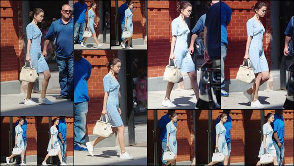- '-15/09/17-'''✈''Selena Gomez a été photographiée alors qu'elle quittait son appartement, situé dans New York. C'est dans une tenue très estivale que la belle a été aperçue à la sortie de son logis et bien accueillie par les rayons du soleil ! C'est un petit top pour moi.-