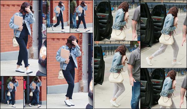 - '-18/09/17-'''✈''Selena Gomez quittait son appartement pour se rendre sur le tournage du film de  Woody Allen. Elle a bien évidemment été photographiée à son retour chez elle, avec son petit chien Charlie dans les bras. Et je lui accorde un joli top pour ses tenues !-