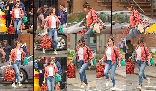 - '-19/09/17-'''✈''Selena Gomez était sur le tournage de son prochain film avec son chien Charlie dans New York. Les journées de tournage s'enchaînent et Selena en profite pour amener son nouveau compagnon avec elle. Que je trouve adorables tous les deux. Top !-