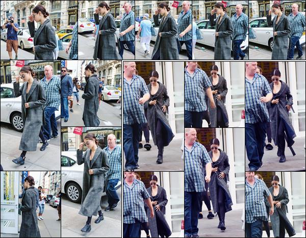 - '-16/09/17-'''✈''Selena Gomez se rendait à nouveau à la salle sportive « SoulCycle », qui se trouve à New York. Selena se tient en forme et en santé, ce qui explique pourquoi elle se rend si souvent sur ce lieu. Côté tenue, rien à dire comme on ne voit rien du tout ...-
