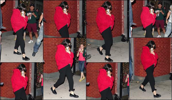 - '-15/09/17-'''✈''En soirée, la belle Selena Gomez quittait son appartement avec son nouveau chien à New York. Après avoir longuement fait des allés dans une animalerie avec son copain, il semblerait que Selena ait adopté un petit chien, tout bonnement adorable !-