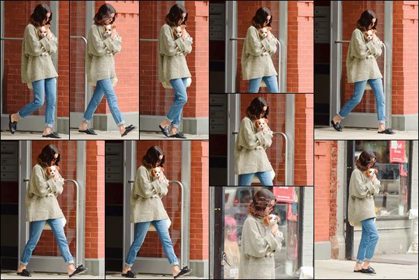 - '-20/09/17-'''✈''Selena Gomez quittait son appartement avec son petit chien Charlie : se trouvant à New York ! Ça devient une routine, à tous les jours l'actrice quitte son logis avec son nouvel animal de compagnie qui n'est autre que Charlie. Tenue très casual, top.-