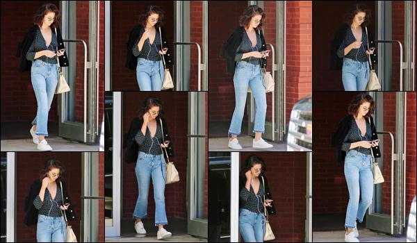 - '-03/10/17-'''✈''Selena Gomez quittait encore son appartement, dont l'emplacement se trouve à New York City. Le froid de l'automne ne semble pas encore frappé la ville de la Grosse Pomme puisque Selena s'y déplace de façon décontractée. Un très joli top pour S.-