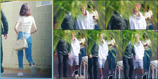 '- '-29/10/17-''''✈''Selena Gomez se rendait au théâtre « El Rey » avec Justin Bieber, dans la ville de Los Angeles. Il semblerait que les deux anciens amoureux aient renoué amicalement les liens, après avoir été vu en compagnie de chacun deux jours auparavant. Top.-