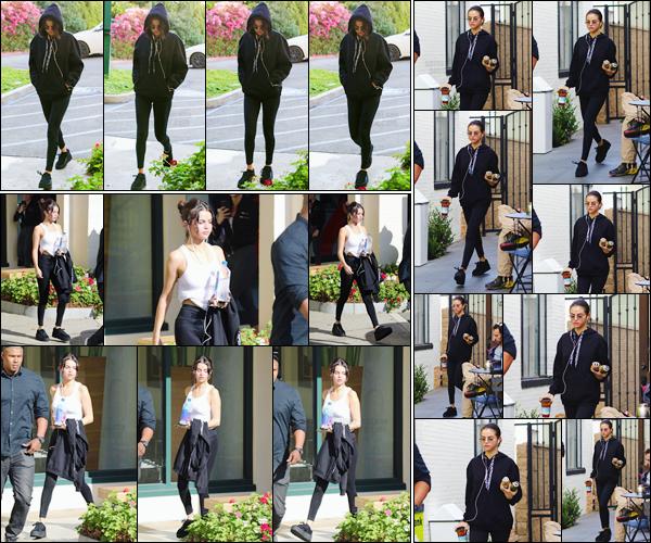 '- '- 03/11/17 -'''◊''Selena Gomez arrivait à un cours de hot pilates, qui avait lieu dans le coin de West Hollywood. Selena Gomez a ensuite été photographiée en quittant son cours, et dans la même journée l'actrice et chanteuse a fait un petit arrêt chez Alfred Coffee.-
