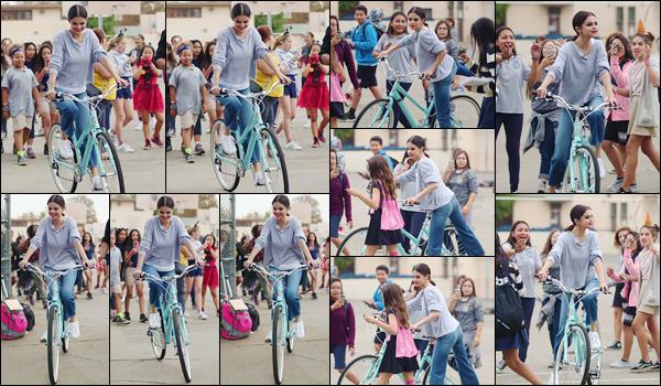 '- '-30/10/17-''''✈''Selena Gomez faisait une randonnée en bicyclette avec son amie Theresa Mingus à Los Angeles. Notre chanteuse et actrice semblait tout sourire lors de cette sortie en plein air : très peu cohérent avec les rumeurs de rupture avec Abel Tesfaye. Avis ?-