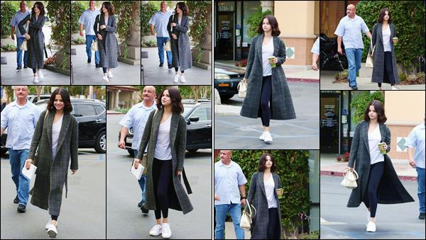 '- '-31/10/17-''''✈''Selena Gomez arrivait au café « Panera Bread » qui se trouve situé dans Westlake Village, CA ! Toujours dans Westlake Village en Californie, Selena Gomez s'est rendue à l'un des hôtels : Four Seasons, sûrement en raison d'un meeting professionnel.-