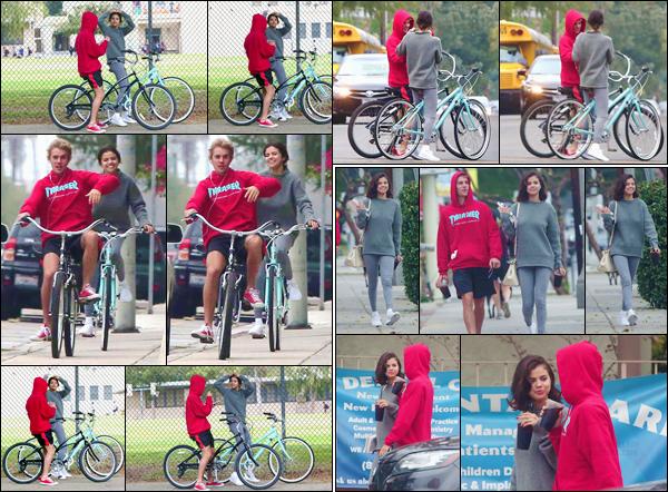 '- '- 01/11/17 -'''◊''Selena Gomez était à nouveau sur sa bicyclette, cette fois-ci avec Justin Bieber, à Los Angeles. Les deux anciens amoureux semblent bien plus proches que de simples amis : des questions à se poser, avec la récente rupture de Sel.  Donne ton avis !-