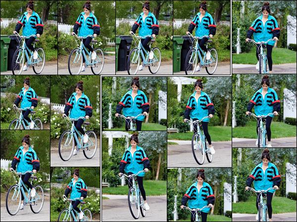 '- '-31/10/17-''''✈''Selena Gomez faisait une randonnée à bicyclette avec Ashley Cook en banlieue de Los Angeles. Selena se tient apparemment active depuis plusieurs mois, et ces derniers jours elle en profite pour être à vélo. De mon côté, c'est un petit top pour elle !-
