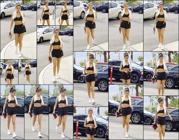'- '- 01/11/17 -'''◊''Selena Gomez a été aperçue en se rendant en direction d'un gym sportif, à Los Angeles en CA. Selena n'échappe pas à ses bonnes habitudes et continue de s'entraîner dès que l'occasion se présente. Côté tenue, la tenue sportive est de mise. Top !-