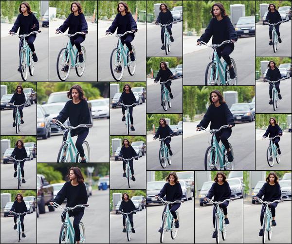 '- '- 02/11/17 -'''◊''Selena Gomez faisait à nouveau de la bicyclette, avec une amie, dans les rues de Los Angeles. C'est la mine quelque peu fatiguée que Selena aparait lors de cette sortie, où elle porte les fameuses creepers de la collection de Rihanna F. avec Puma.-