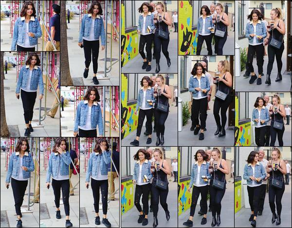 '- '- 02/11/17 -'''◊''Selena Gomez arrivait au commerce du « Alfred Coffee », qui se trouve situé dans Los Angeles. Avec une tenue assez décontractée et toujours l'air un peu fatigué, la jeune américaine nous offre une sortie cette fois-ci en solo. C'est pour ma part: top.-