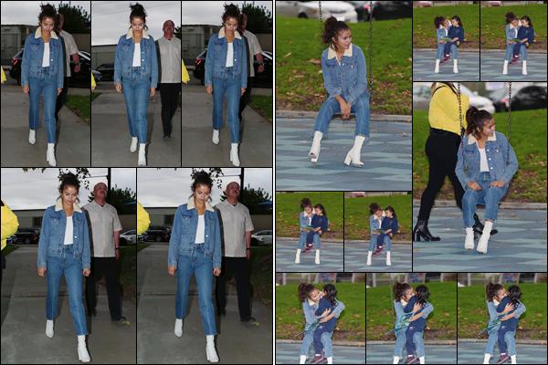 '- '- 02/11/17 -'''◊''Selena Gomez arrivait dans un parc avec son amie Theresa Mingus, toujours dans Los Angeles. Selly a toujours été proche des enfants et le démontre encore une fois, alors qu'elle a été photographiée, en lisant une histoire à une petite fillette. Top !-