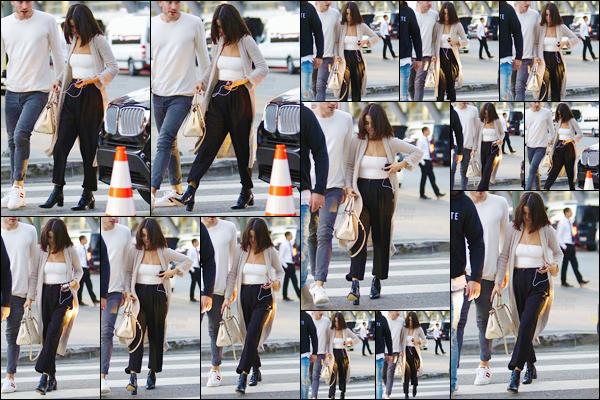 '- '- 04/11/17 -'''◊''Selena Gomez arrivait au service religieux de la « Hillsong Church » avec un ami à Los Angeles. Toujours aussi pieuse,  Selena ne manque pas une occasion de se rendre aux services religieux de l'église qu'elle fréquente à Los Angeles... Un petit top !-