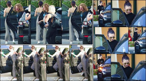 '- '- 08/11/17 -'''◊''Selena Gomez arrivait à sa répétition pour les « American Music Awards 2017 » à Los Angeles. Puis après ses répétitions pour sa performance lors de l'événement, Selena s'est encore rendu à son cours de hot pilates à West Hollywood. Un petit top !-