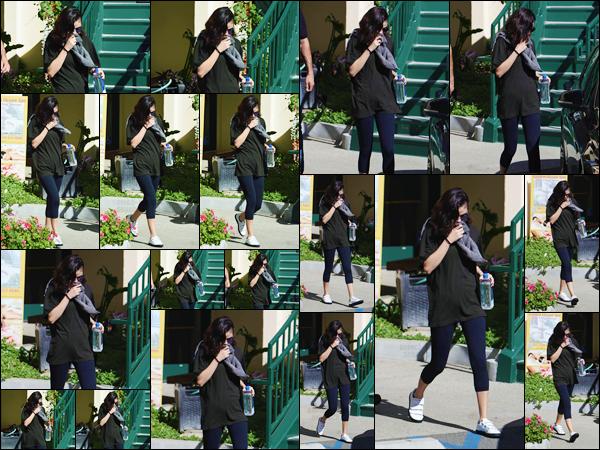 '- '- 07/11/17 -'''◊''Selena Gomez quittait les lieux de son cours sportif de « Hot Pilates », dans West Hollywood ! Depuis sa greffe, il est question de rester en forme pour Selena, ce qu'elle suit à la lettre pendant ses temps libres. À nouveau, c'est une tenue de sport.-