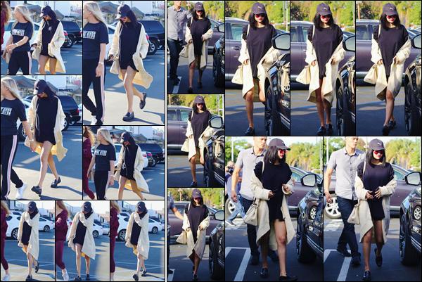 '- '- 18/11/17 -'''◊''Selena Gomez se rendait au restaurant japonais « Tao Sushi » avec ses amies, à Los Angeles. Enfin prête pour sa performance de demain soir, Selena G. nous offre une sortie dans une tenue casual et qui pour ma part, est un gros coup de c½ur.-