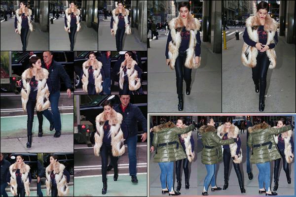 '- '-◊-16/01/18-' : Selena Gomez pointait le bout de son nez, en se promenant dans les rues de la Grosse Pomme. Après être disparue du radar des paparazzis pendant de nombreux jours, la belle chanteuse et actrice nous fait une réapparition en beauté à New York ...-