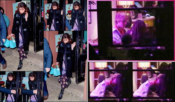 '- '-◊-13/02/18-' : Selena Gomez quittait la boutique « MarieBelle New York Chocolates » dans la ville de New York. Pour le jour de la Saint-Valentin, on retrouve Selena Gomez en tête à tête amoureux avec Justin Bieber à l'hôtel Montage, situé dans Beverly Hills. Top !-