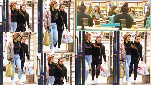 '- '-◊-21/02/18-' : Selena Gomez quittait le commerce « Vons Supermarket » avec Ashley Cook, dans Los Angeles. Selena Gomez est déjà de retour de Montego Bay qui se trouve en Jamaïque, où elle s'y trouvait pour assister au mariage du père de son petit ami Justin. -