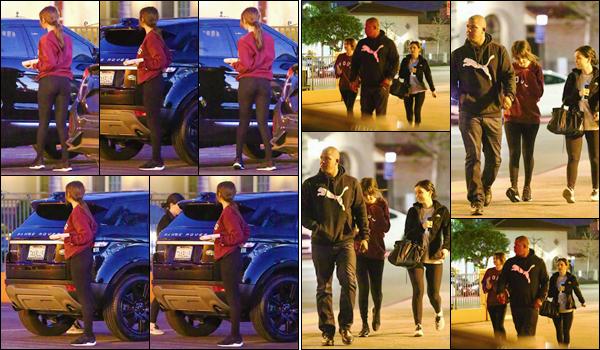 '- '--27/02/18-' • Selena Gomez se rendait dans un restaurant Mexicain avec son amie Ashley, dans Studio City. Selly nous offre une petite sortie nocturne, avec la présence de son body guard. Au niveau de la tenue, c'est assez décontracté : c'est un bof pour moi !-