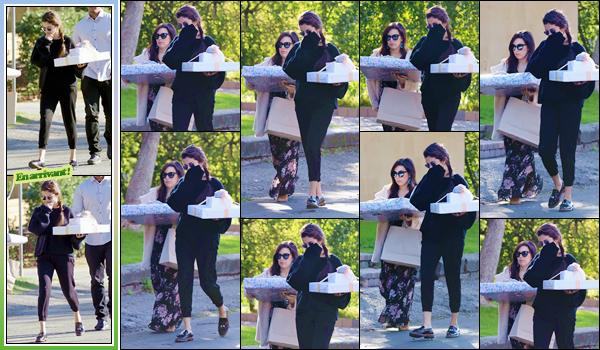 '- '-◊-24/02/18-' : Selena Gomez se rendait à la fête du baby-shower d'une de ses amies, se situant à Studio City. C'est les bras chargés de cadeaux ainsi que dans une tenue assez décontractée et où le noir domine, qu'on retrouve la belle Selena Gomez. Un petit top !-