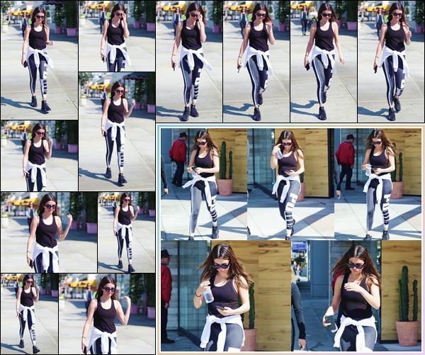 '- '--28/02/18-' • Selena Gomez se rendait au café « SweetGreen » qui se trouve localisé dans West Hollywood. Par la suite, Selena Gomez s'est rendue au restaurant mexicain « Tocaya Organica » qui se trouve lui aussi dans la ville de Los Angeles !-