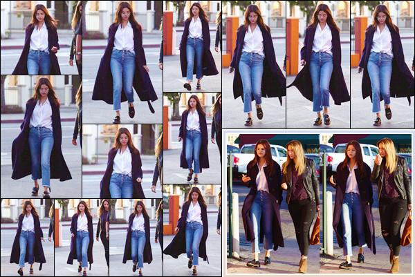 '- '--28/02/18-' • Selena Gomez se rendait au restaurant mexicain appelé « Ernie's » dans la ville de Los Angeles. Pour conclure la journée, Selena Gomez s'est rendue avec une amie dans un restaurant mexicain : cuisine que la brunette adore. Un top !-