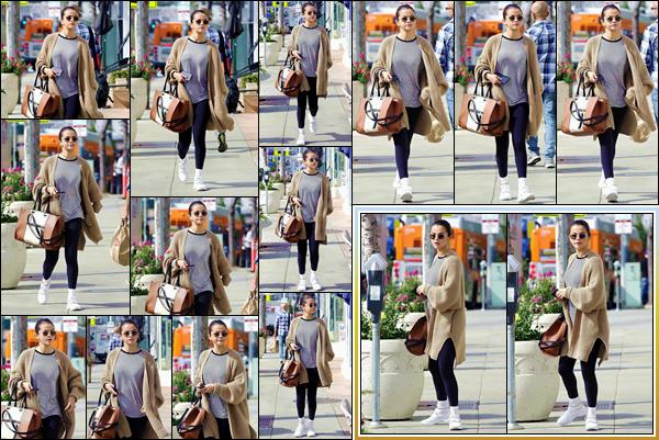 '- '--08/03/18-' • Selena Gomez a été aperçue alors que se promenait dans le quartier d'Hollywood, Los Angeles. Plus tard dans la même journée, Selena Gomez a été aperçue en compagnie de son amie Francia Raisa à Toluca Lake. C'est un beau top !-