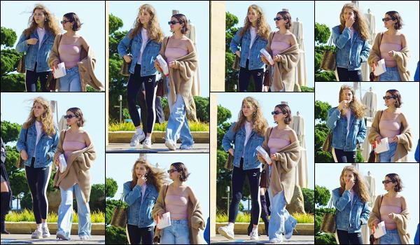 '' '''15/03/18-' • Selena Gomez se rendait au restaurant japonais « Nobu » avec Anna Collins, dans Beverly Hills. Les deux amies ont été aperçues en arrivant puis en quittant le restaurant en question. Une tenue décontractée est de mise: un petit top.-