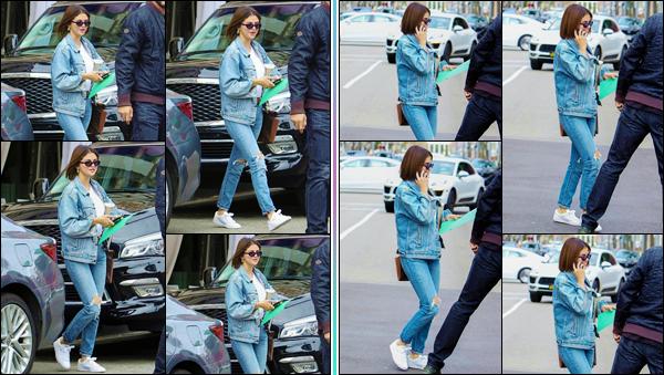 '' '''17/03/18-' • Selena Gomez a été aperçue alors qu'elle rejoignait sa voiture, dans le quartier de Beverly Hills. Les mains chargées et le téléphone vissé à l'oreille, Selena Gomez a employé un look total jeans lors de cette petite sortie en ville. Un top.-