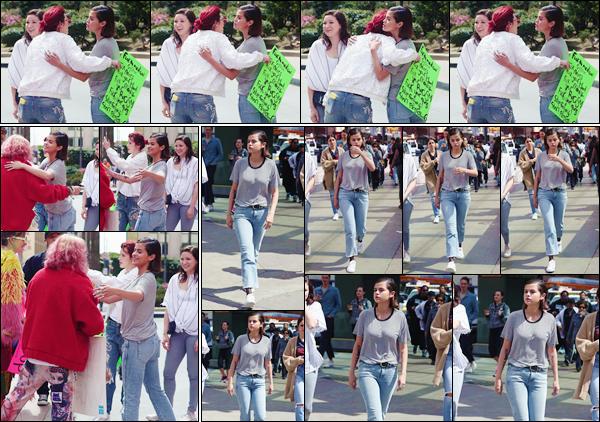 '' '''24/03/18-' • Selena Gomez arrivait sur les lieux de la : « March For Our Lives », dans la ville de Los Angeles. Revenue depuis peu de son voyage en Australie, Selena n'a pas manqué de participer à la marche qui lutte contre la violence des armes.-