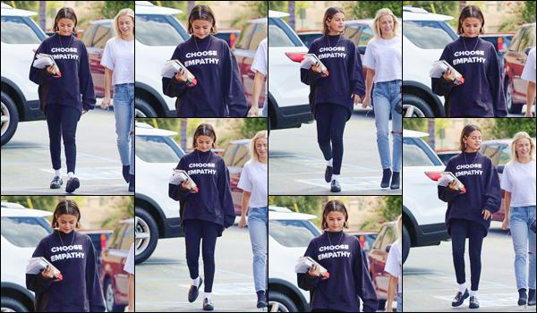 '' '''25/03/18-' • Selena Gomez se rendait au restaurant mexicain : « Ernie's » avec ses amies, dans Los Angeles. Accompagnée entre autre d'Ashley Cook, Selena s'est rendue au restaurant vêtue en noir de la tête aux pieds. Je lui accorde un petit top !-
