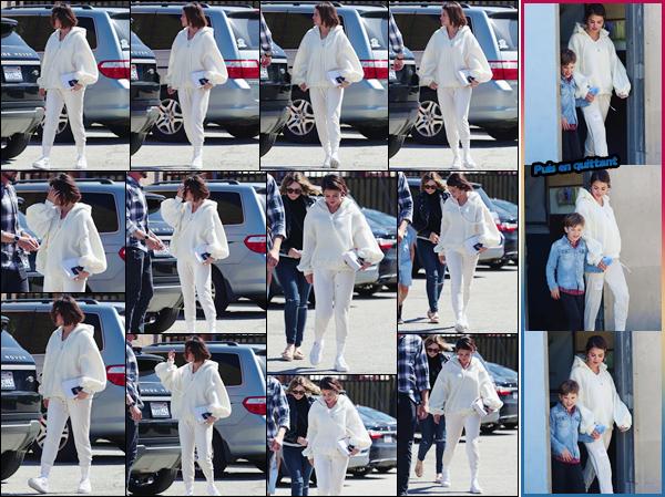 '' '''26/03/18-' • Selena Gomez se rendait dans le « Iceland Ice Skating Center » qui se trouve dans Los Angeles. C'est en compagnie d'une amie et du fils de celle-ci que Selena s'est rendue sur place, puis a été photographiée à sa sortie. Un petit top !-